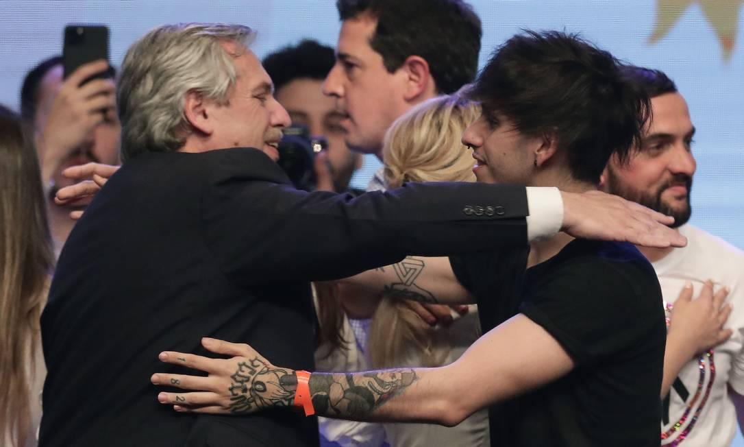 Alberto Fernández é cumprimentado pelo filho, Estanislao, após a vitória domingo; na quarta, Eduardo Bolsonaro retuitou post que o ironizava Foto: ALEJANDRO PAGNI / AFP/27-10-2019