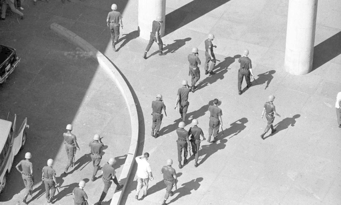 Confronto entre estudantes e Polícia Militar no centro do Rio, em 19 de junho. Policias militares caminham em direção ao Ministério da Educação (Edifício Gustavo Capanema) Foto: Arquivo / Agência O Globo