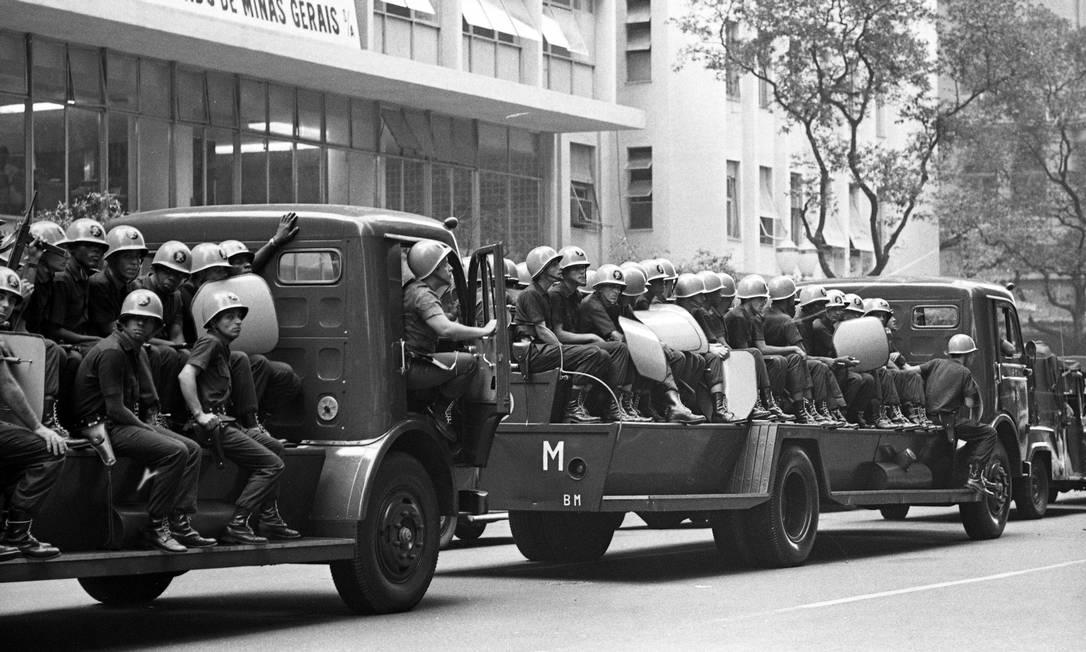 Caminhões com militares chegam ao centro da cidade para conter a manifestação de estudantes que pediam a libertação de Vladimir Palmeira Foto: Arquivo / Agência O Globo