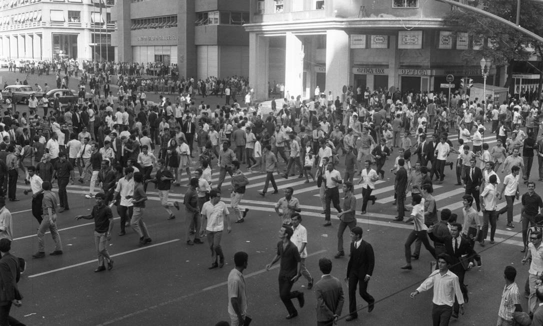 """Estudantes se dispersam pelas ruas do centro do Rio, altura da Avenida Rio Branco, para fugir da repressão policial do conflito que ficou conhecido como """"Sexta-Feira Sangrenta"""" Foto: Arquivo / Agência O Globo"""