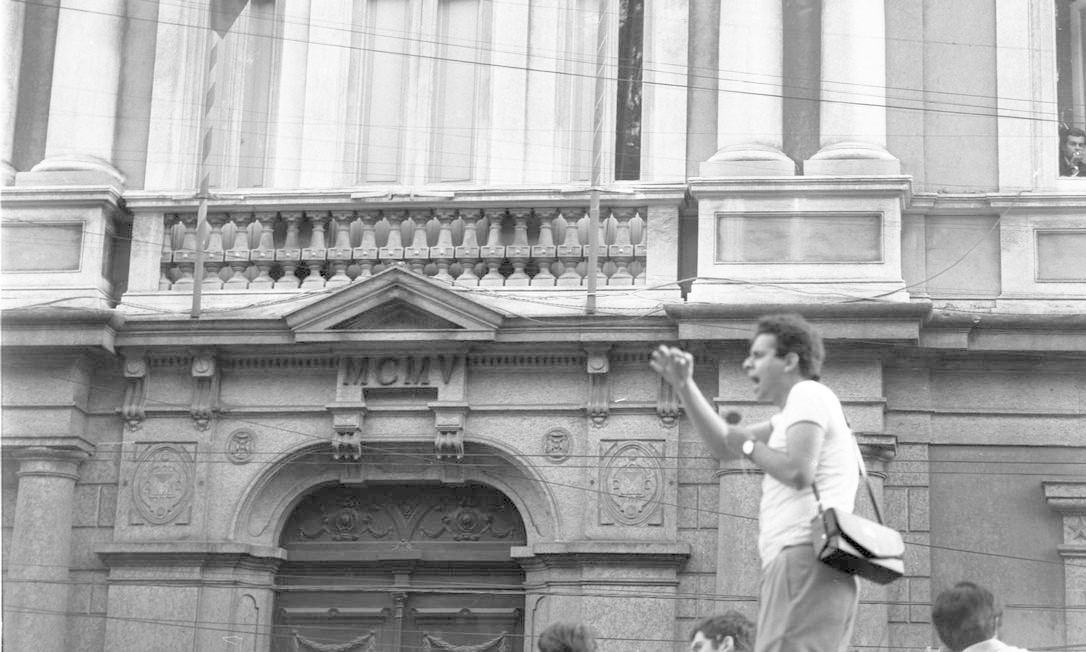 Durante a Passeata dos 50 mil, em 4 de julho, o líder estudantil Vladimir Palmeira pede, em frente ao Superior Tribunal Militar, a libertação dos estudantes que foram presos nas manifestações Foto: Arquivo / Agência O Globo