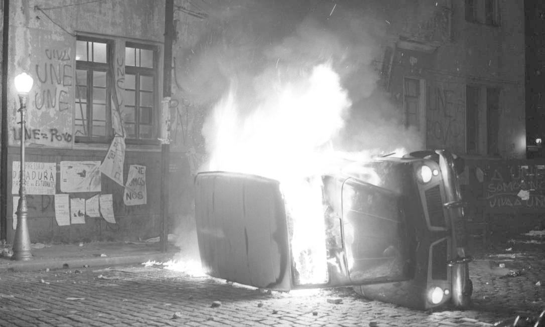 Estudantes ocupam a antiga sede da União Nacional dos Estudantes (UNE), na Praia do Flamengo, e ateiam fogo a uma camionete do MEC, em 15 de outubro. Protesto era contra a prisão de estudantes no congresso da UNE em Ibiúna, São Paulo Foto: Arquivo / Agência O Globo