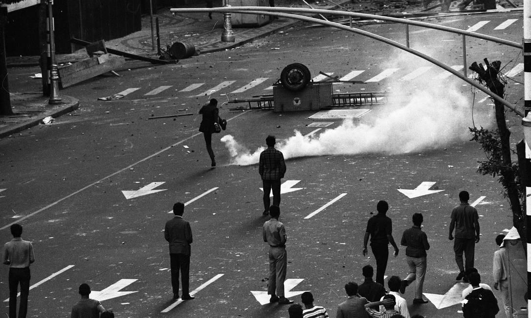 Estudantes entram em confronto com a polícia na Avenida Rio Branco, em 21 de junho Foto: Arquivo / Agência O Globo
