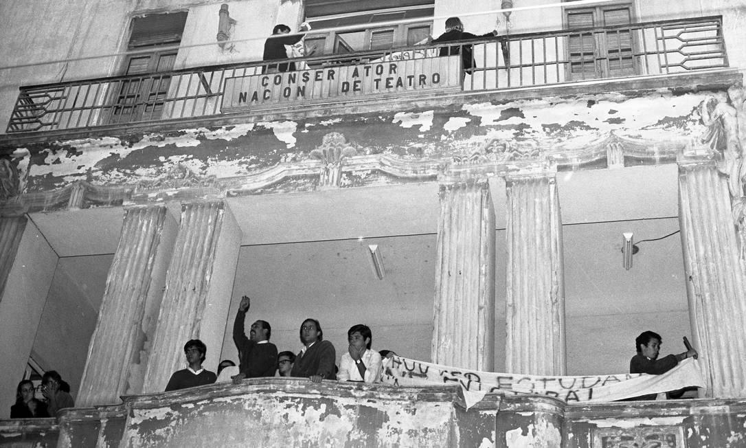 Estudantes ocupam a antiga sede da UNE, na Praia do Flamengo. Da sacada, manifestantes fizeram comício contra a prisão dos estudantes no congresso de Ibiúna e contra o regime militar Foto: Arquivo / Agência O Globo