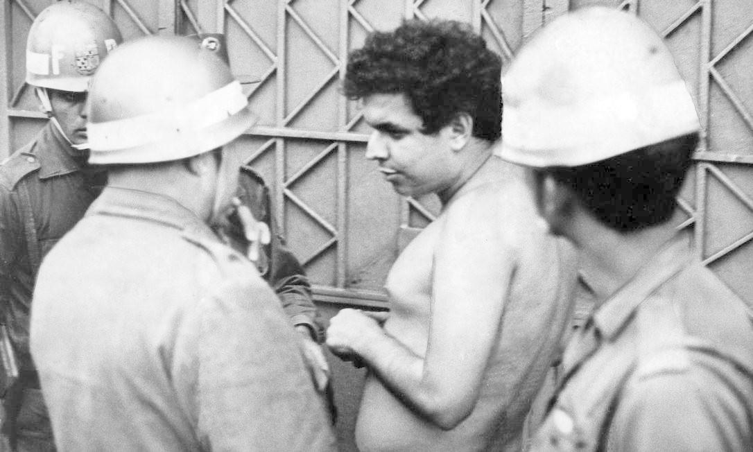 Vladimir Palmeira (líder estudantil) foi preso com outros estudantes após ação policial, em sítio no município paulista de Ibiúna. Ao chegar na capital, fugiu pela janela do ônibus que conduzia parte dos detidos, mas foi capturado, sem camisa, pelos policiais Foto: Arquivo / Agência O Globo