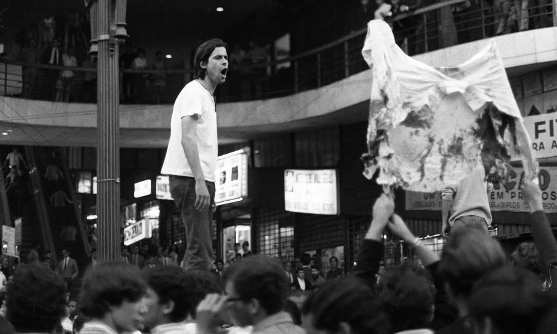 Líder estudantil José Dirceu (presidente da UEE), discursa para estudante em São Paulo Foto: Arquivo / Agência O Globo