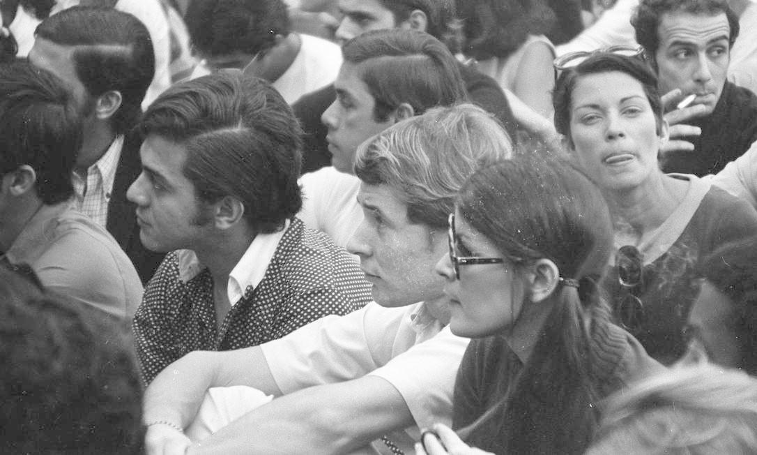 Os cantores Marcos Valle, ao centro, e Taiguara, durante a Passeata dos 50 mil Foto: Arquivo / Agência O Globo
