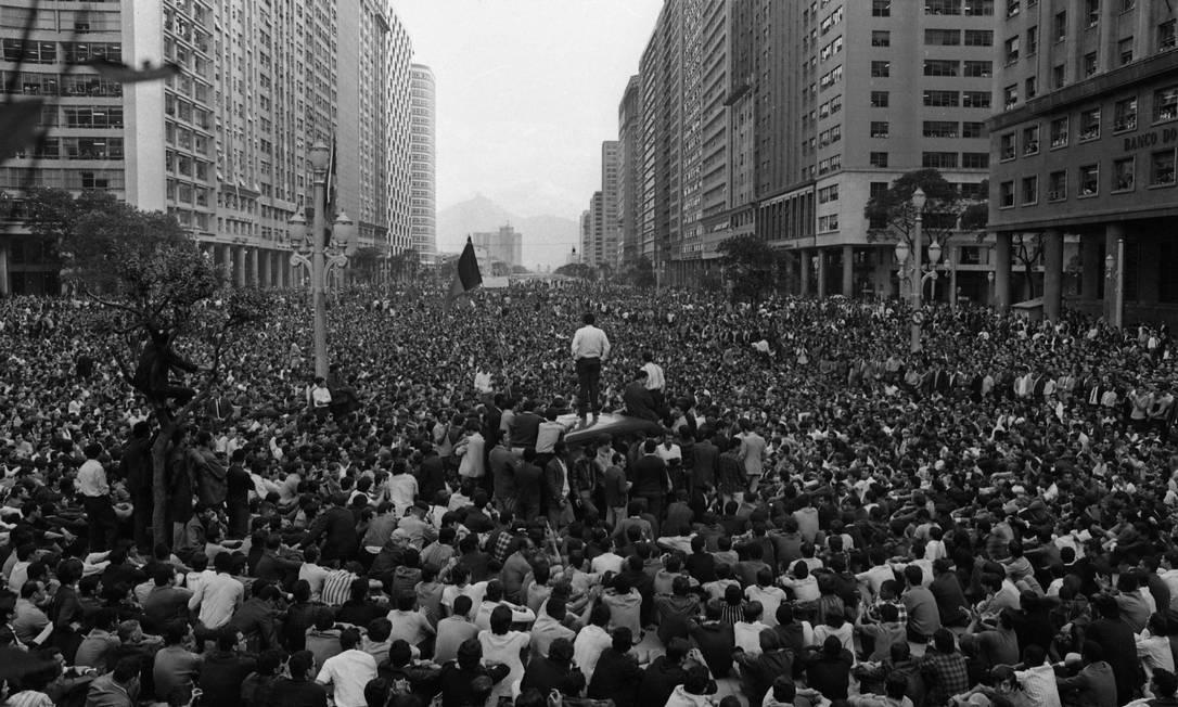Passeata dos Cem Mil reuniu estudantes, artitas, intelectuais e classes sindicais para protestar contra a ditaduta no centro do Rio, em 26 de junho de 1968. Na foto, milhares de manifestantes ouvem o líder etudantil Vladimir Palmeira (em pé sobre uma camionete) na Candelária Foto: Arquivo / Agência O Globo