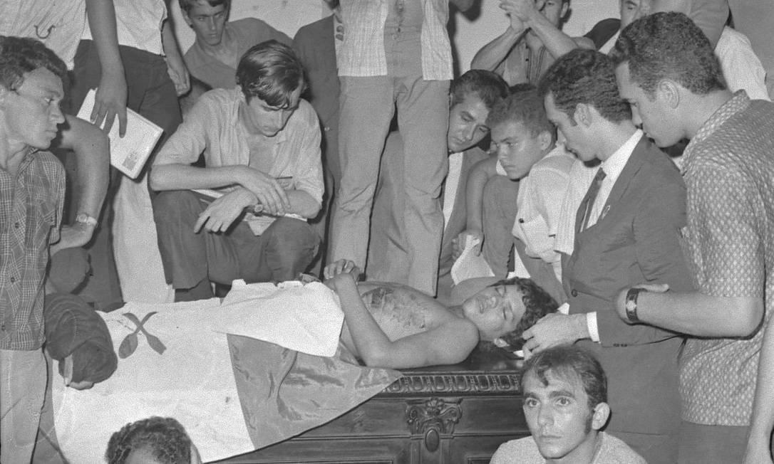 Estudantes velam o corpo do estudante Edson Luís Lima Souto, que foi morto com um tiro no peito durante conflito com a Polícia Militar em manifestação estudantil contra o fechamento do Restaurante do Calabouço Foto: Arquivo / Agência O Globo