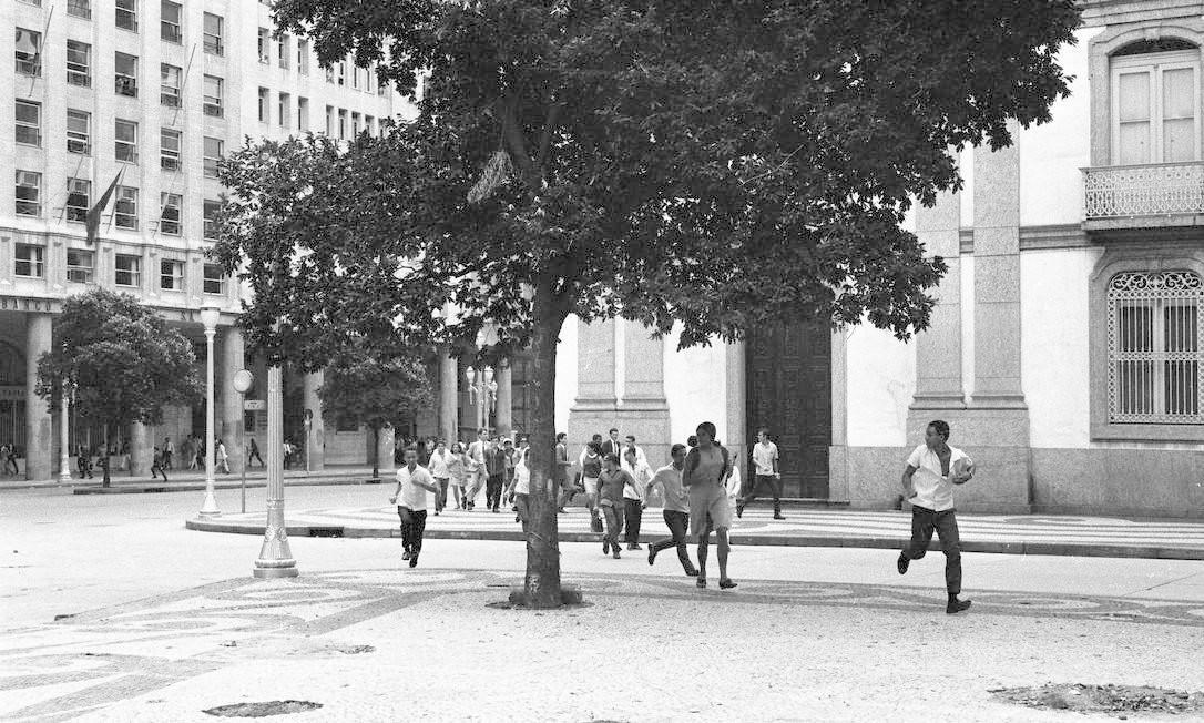 Estudantes enfrentam policiais durante manifestação na Igreja da Candelária, após missa de sétimo dia, em 4 de abril, do estudante Edson Luís Foto: Arquivo / Agência O Globo