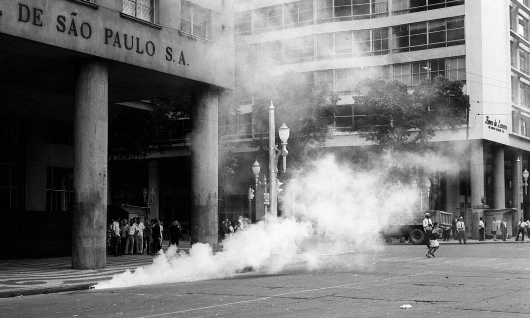 Bombas disparadas na Candelária por ocasião da missa de sétimo dia pela morte do estudante Edson Luis Foto: Arquivo / Agência O Globo