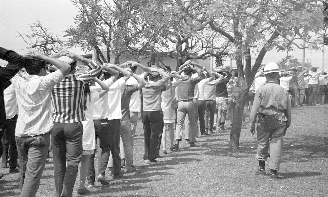 Em Brasília, tropas do Exército retiram estudantes que ocuparam a Universidade de Brasília (UNB), em 29 de agosto Foto: Arquivo / Agência O Globo