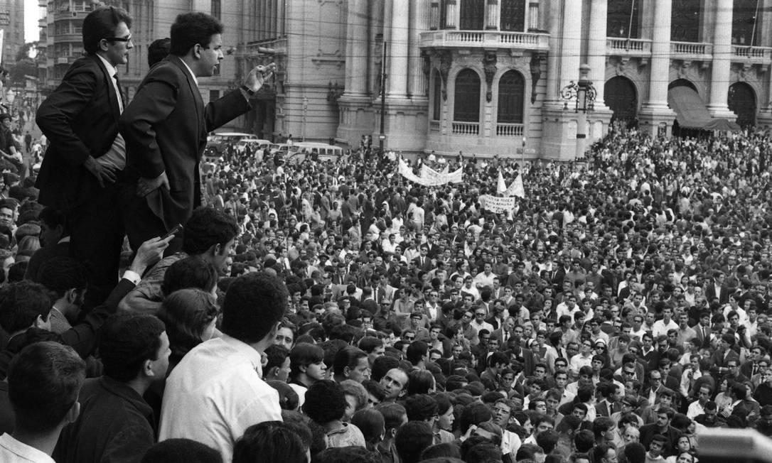 Vladimir Palmeira discursa para os estudantes na Cinelândia durante a passeata dos Cem Mil Foto: Arquivo / Agência O Globo
