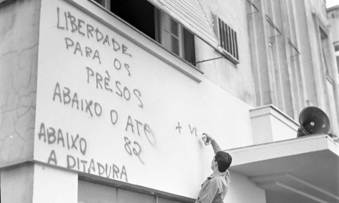 Estudante escreve palavras de ordem na fachada da UEG, em 28 de junho Foto: Arquivo / Agência O Globo