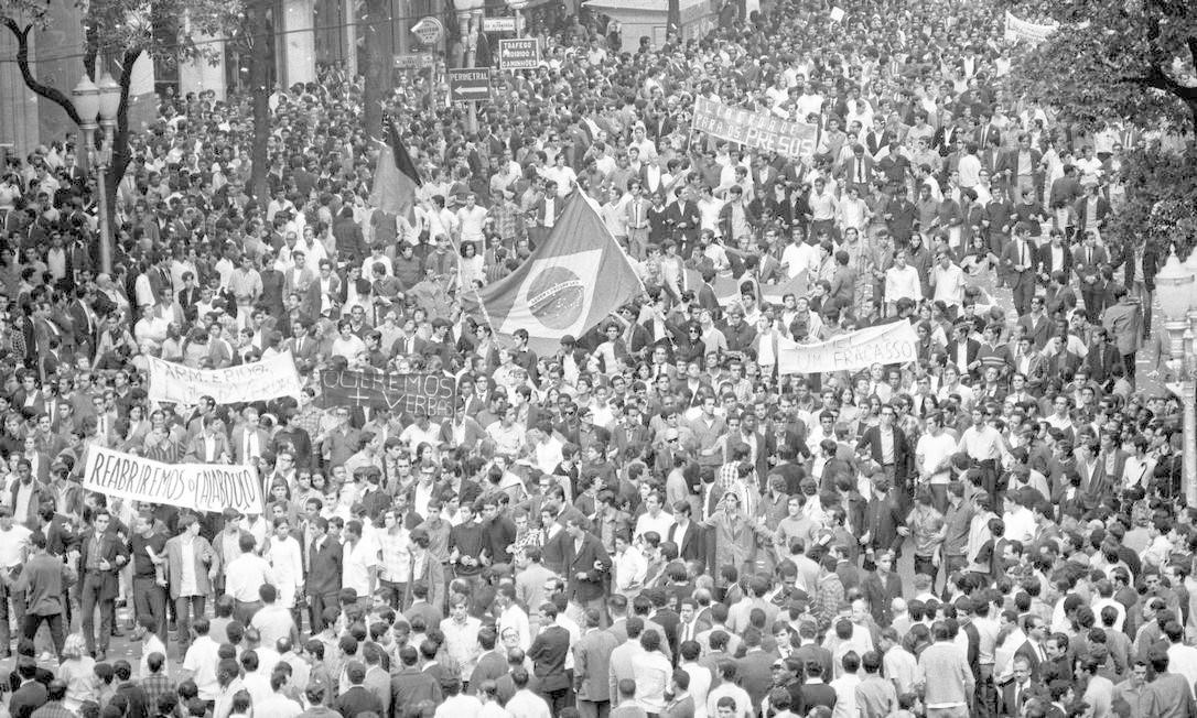 A Passeata dos Cem Mil em sua passagem pela Avenida Rio Branco Foto: Arquivo / Agência O Globo