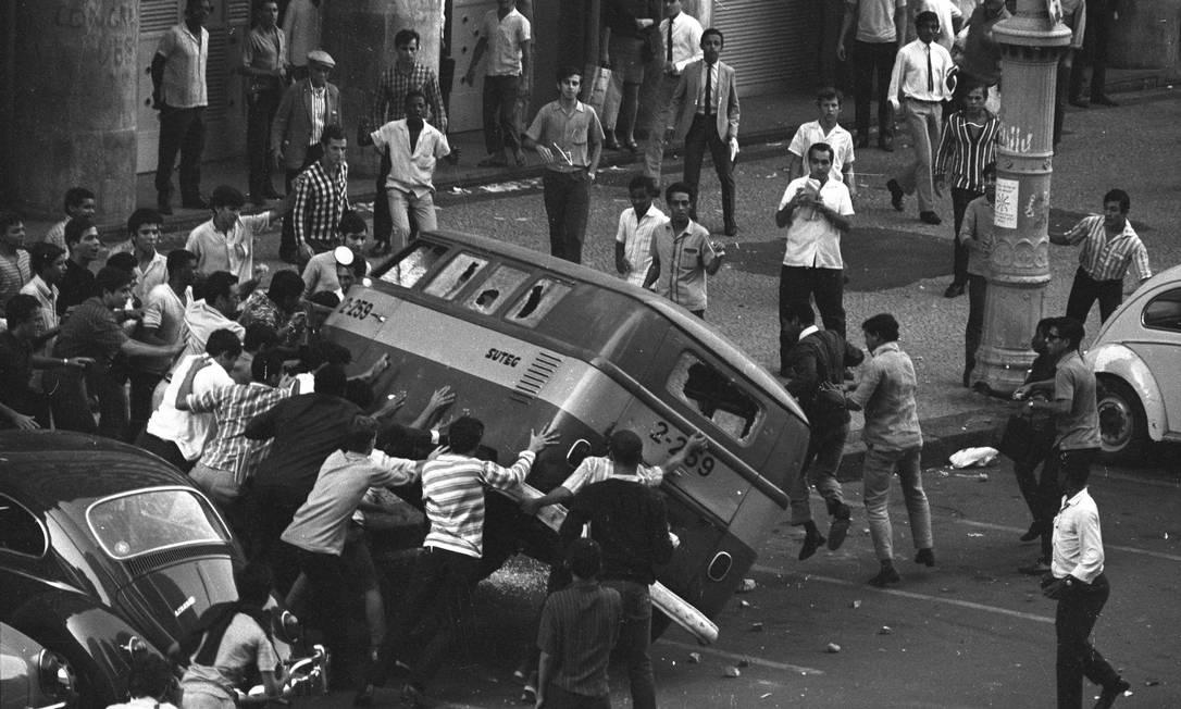 Estudantes viram um carro oficial após apedrejá-lo durante protesto do dia 21 de junho Foto: Arquivo / Agência O Globo