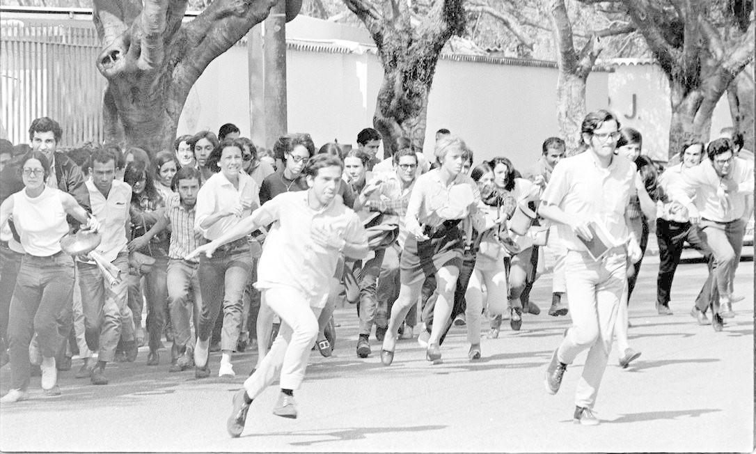 Estudantes que se concentram na reitoria da UFRJ durante manifestação contra a prisão de líderes estudantis e a invasão da Universidade de Brasília entram em confronto com a polícia, em 30 de agosto de 1968 Foto: Arquivo / Agência O Globo
