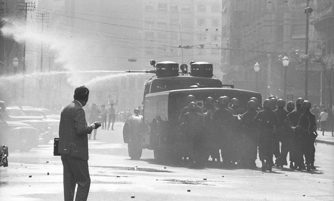 Polícia dispersa manifestantes com jato d'água Foto: Arquivo / Agência O Globo