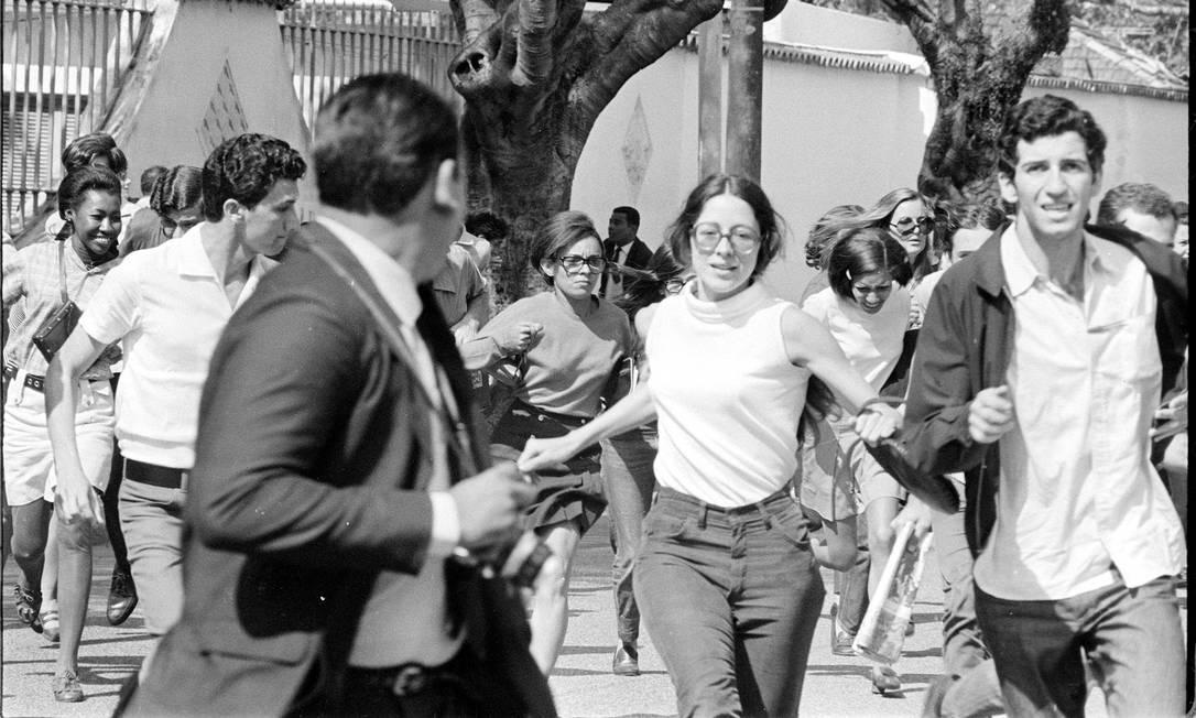 Estudantes que se concentram na reitoria da UFRJ durante manifestação contra a prisão de líderes estudantis e a invasão da Universidade de Brasília entram em confronto com a polícia, em 30 de agosto de 1968 Foto: