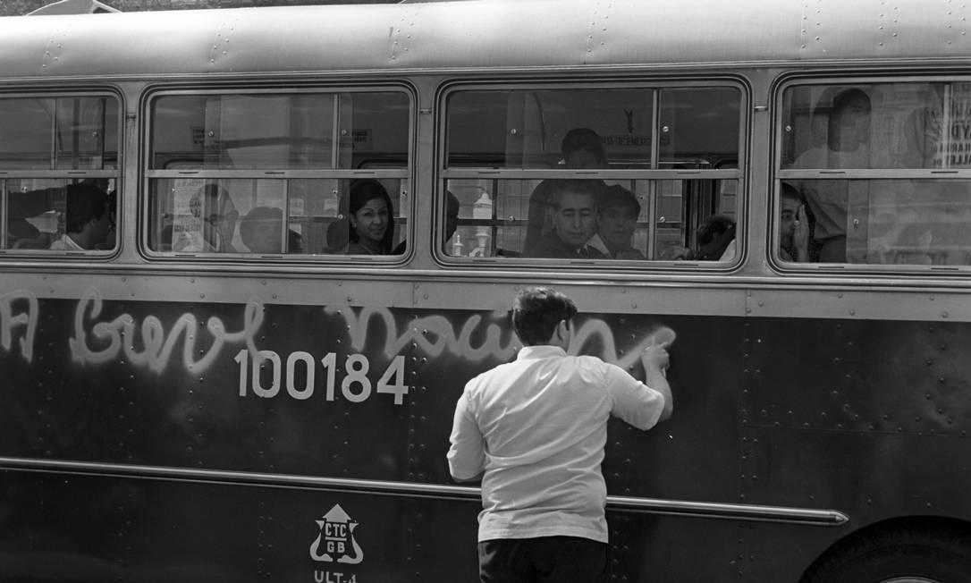 """Manifestante picha ônibus com a frase """"Greve nacional"""", em 24 de julho Foto: Arquivo / Agência O Globo"""