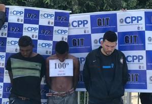 Trio que faria parte de uma quadrilha de roubo de cargas do Salgueiro, na Tijuca, foi preso em Higienópolis, também na Zona Norte. Placa 'comemorativa' foi colocada em suspeito Foto: Divulgação