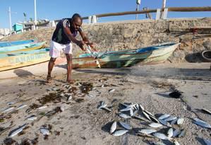 Óleo chegou à Praia da Pituba, em Salvador (BA), e afetou a vida dos pescadores, que relatam prejuízos Foto: Fotoarena / Agência O Globo