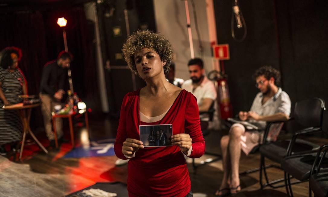 A atriz Raquel Villar em cena de 'Prova de amor', espetáculo de Pedro Kosovski Foto: Guito Moreto / Agência O Globo