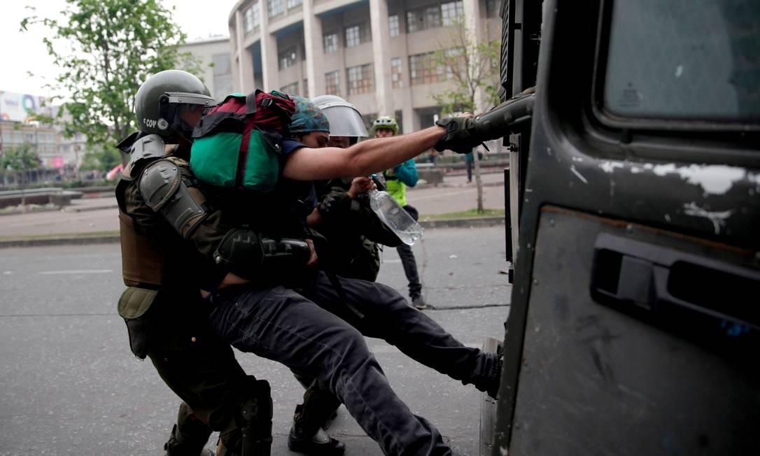 Policiais detêm um manifestante durante um protesto em Concepcion Foto: STRINGER / REUTERS