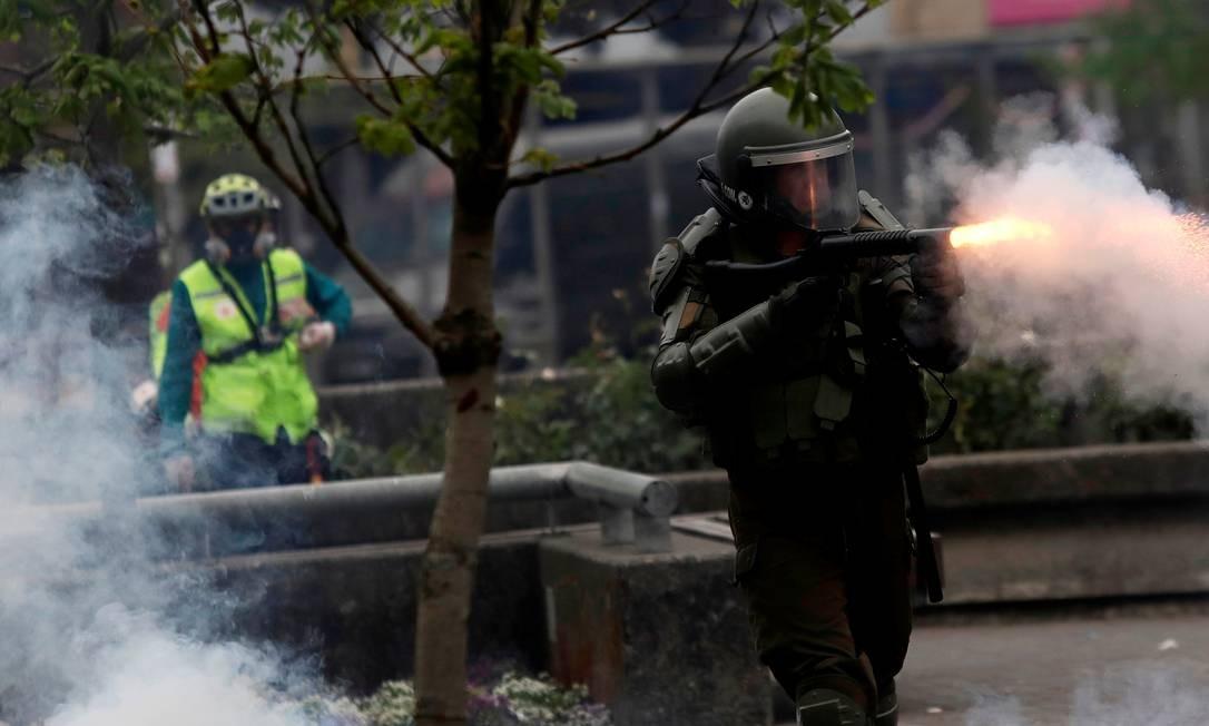 Policial dispara gás lacrimogêneo durante um protesto contra o governo chileno, em Concepcion Foto: Juan Gonzalez / REUTERS