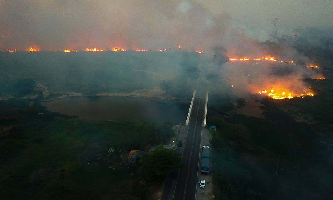 Clima seco, temperaturas altas e ventos fortes criam ambiente propício para propagação das chamas. No Mato Grosso , a temperatura atingiu 31°C nesta quarta-feira à noite Foto: Chico Ribeiro / Governo do Estado do MS