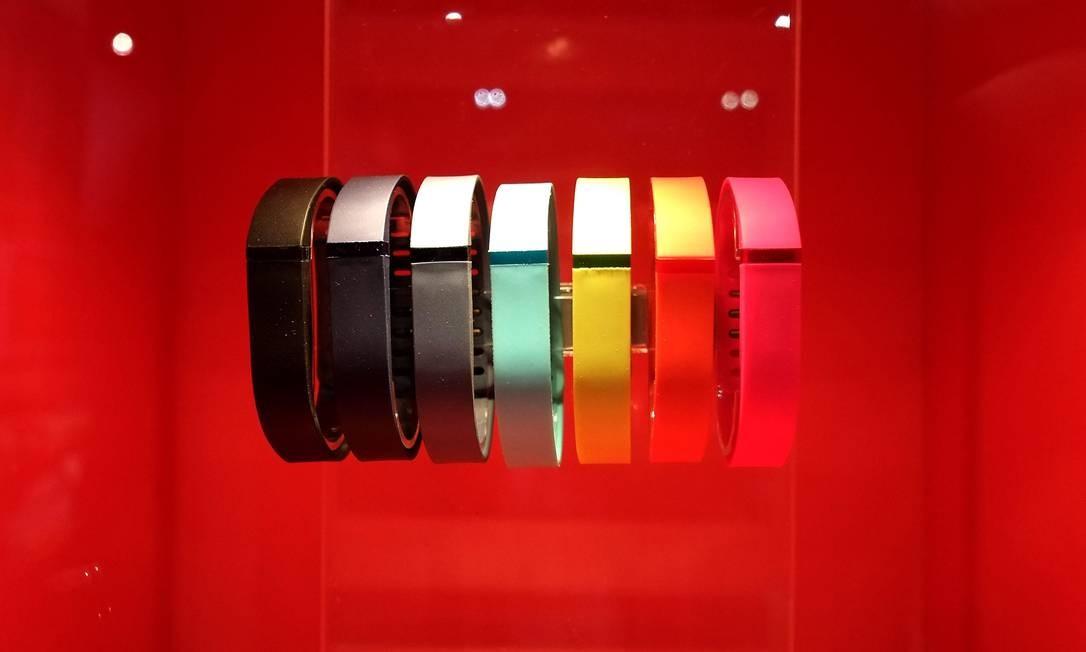 A Fitbit oferece pulseiras e relógios inteligentes Foto: JOE KLAMAR / AFP