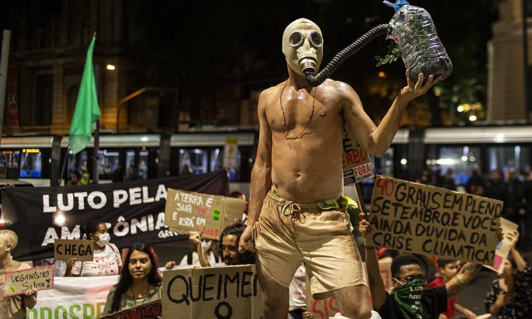 Manifestação pelo clima, no Rio; cúpula da ONU sobre o tema foi transferida de Santiago para Madri Foto: Hermes de Paula / Agência O Globo