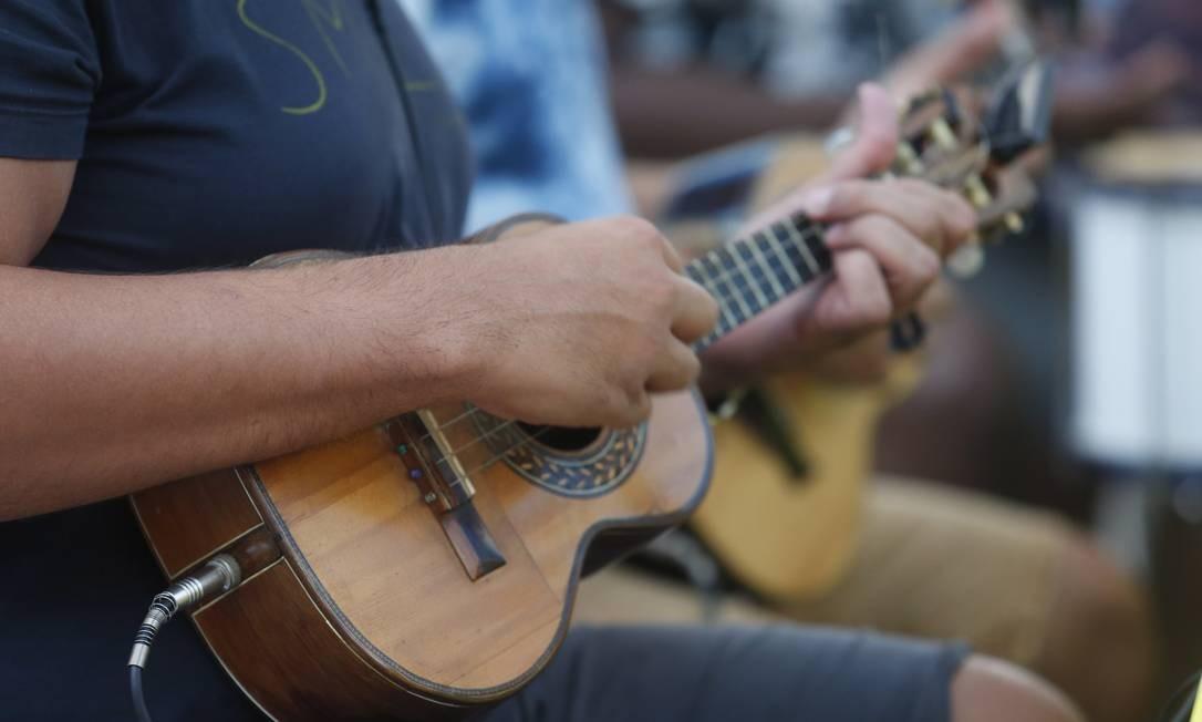 Cavaquinista dá o tom no Samba do Trabalhador: desde 2005 no Renascença Foto: Emily Almeida / Agência O Globo