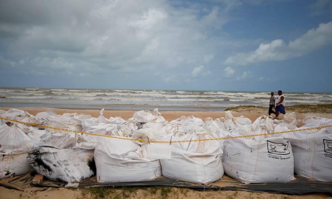 Grandes bolsas armazenam óleo na Praia do Viral, em Aracaju, Sergipe Foto: Adriano Machado / REUTERS