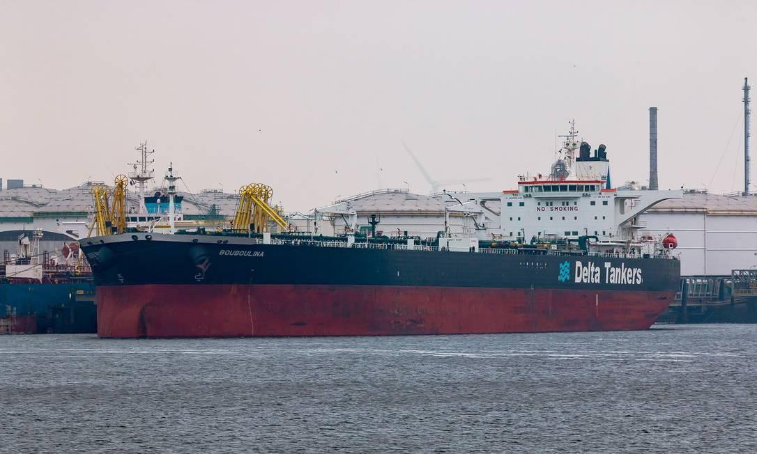 O navio Bouboulina, da empresa grega Delta Tankers, é apontado pela Polícia Federal como causa do derrame de óleo no Nordeste Foto: Andreas Schröder /