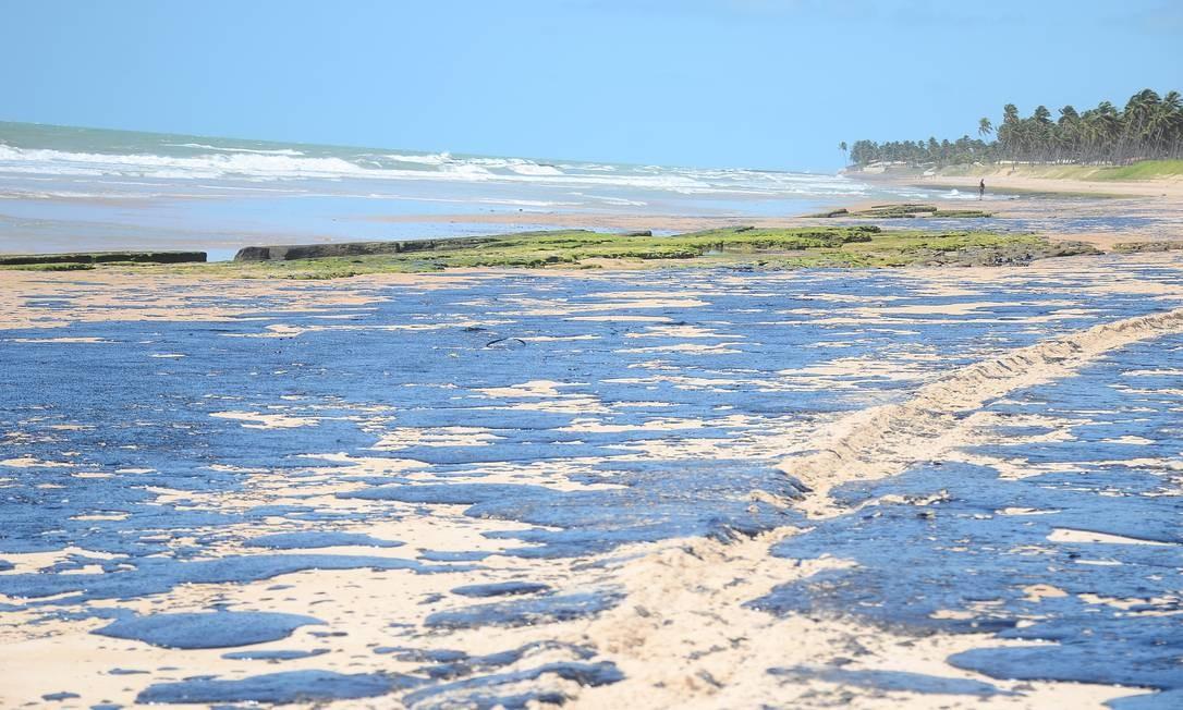 Óleo contamina praia Lagoa do Pau em Coruripe (AL); navio responsável por vazamento estaria na África do Sul Foto: Genival Paparazzi / Parceiro / Agência O Globo / Agência O Globo