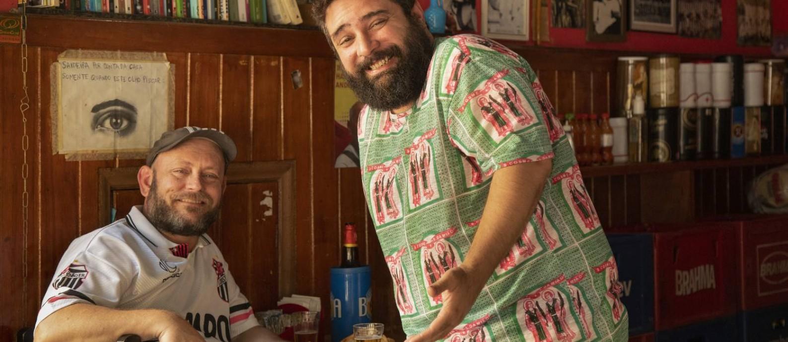 Os escritores Luiz Antonio Simas (à esquerda) e Raphael Vidal se encontram no Bar Madrid, na Tijuca Foto: Ana Branco / Agência O Globo