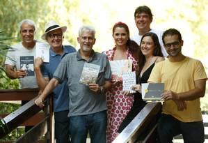 Dedicação. Celso Possas (à frente, de camisa cinza), idealizador da Flinit, com seis dos escritores que participarão do evento, que terá 80 pontos de venda Foto: Roberto Moreyra / Agência O Globo