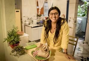 Caracterizada como Lurdes, uma das protagonistas de 'Amor de mãe', Regina Casé posa na casa de sua personagem, montada dentro do MG4, nos Estúdios Globo Foto: Globo/ João Cotta