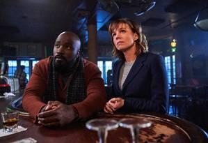 Kristen Bouchard (Katja Herbers) e David Acosta (Mike Colter), protagonistas da série Evil, série da CBS que estreia do Globoplay Foto: Divulgação