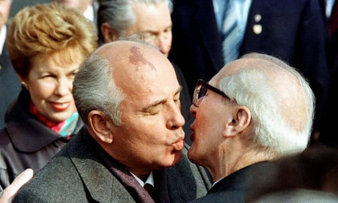 O líder soviético Mikhail Gorbachev e sua mulher, Raisa, são recebidos pelo líder da Alemanha Oriental, Erich Honecker, em 6 de outubro de 1989 Foto: STRINGER / REUTERS/6-10-1989
