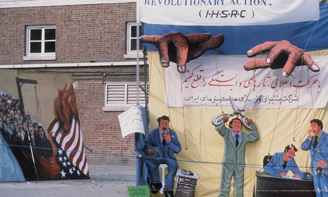 Ainda sem os muros pintados, os estudantes que invadiram a embaixada americana em Teerã fizeram desenhos em telas, instaladas em um pátio interno. Os 444 dias de impasse deixaram uma marca profunda entre dois países que, até 1979, eram aliados próximos Foto: - / AFP