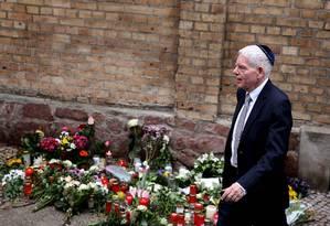 O presidente do Conselho Judaico da Alemanha deixa a sinagoga de Halles um dia após o ataque Foto: RONNY HARTMANN / AFP/10-11-2019