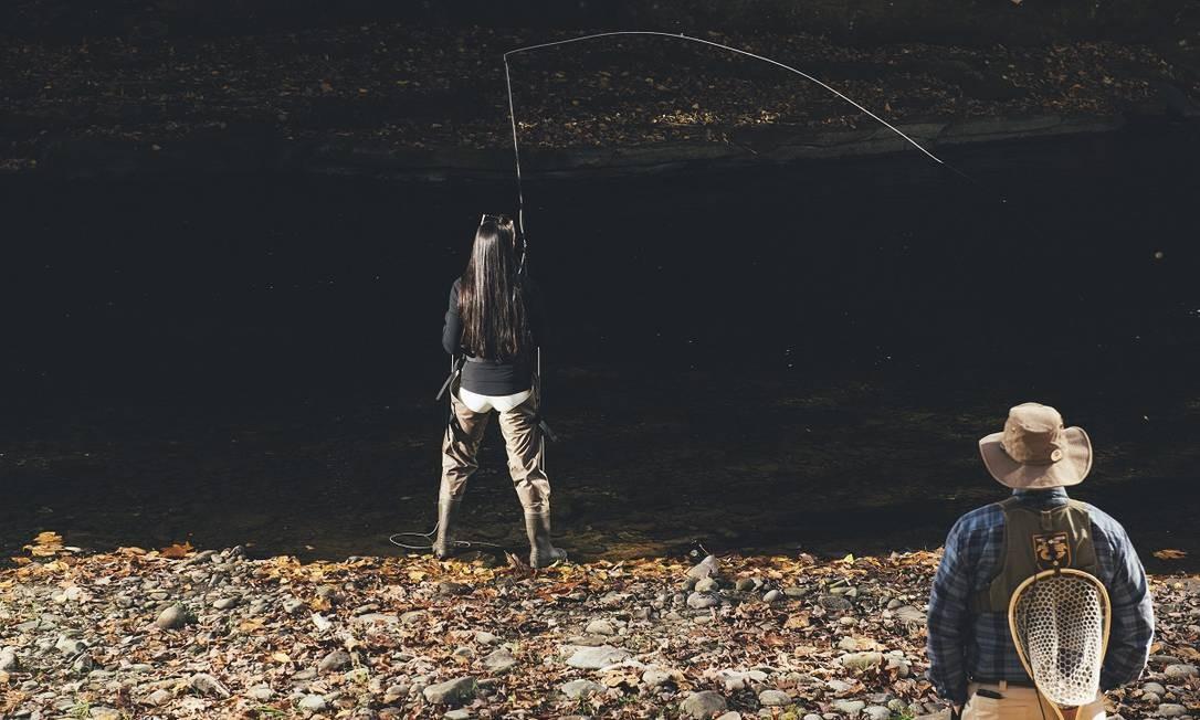 Uma hóspede pesca no Livingston Manor Fly Fishing Club, em Livingston Manor, Nova York Foto: George Etheredge / The New York Times