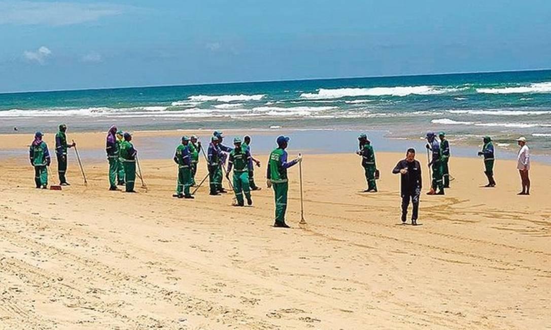 Retirada de óleo em praia de Salvador: ontem, manchas reapareceram em duas localidades da capital baiana Foto: Divulgação/SECOM Salvador