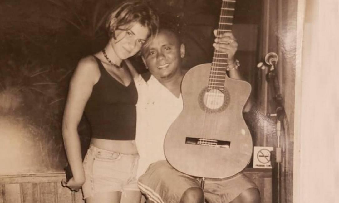 A adolescente Mariana Aydar com o jovem Chico César: cantora pediu show do ídolo em festa de 15 anos Foto: Arquivo pessoal