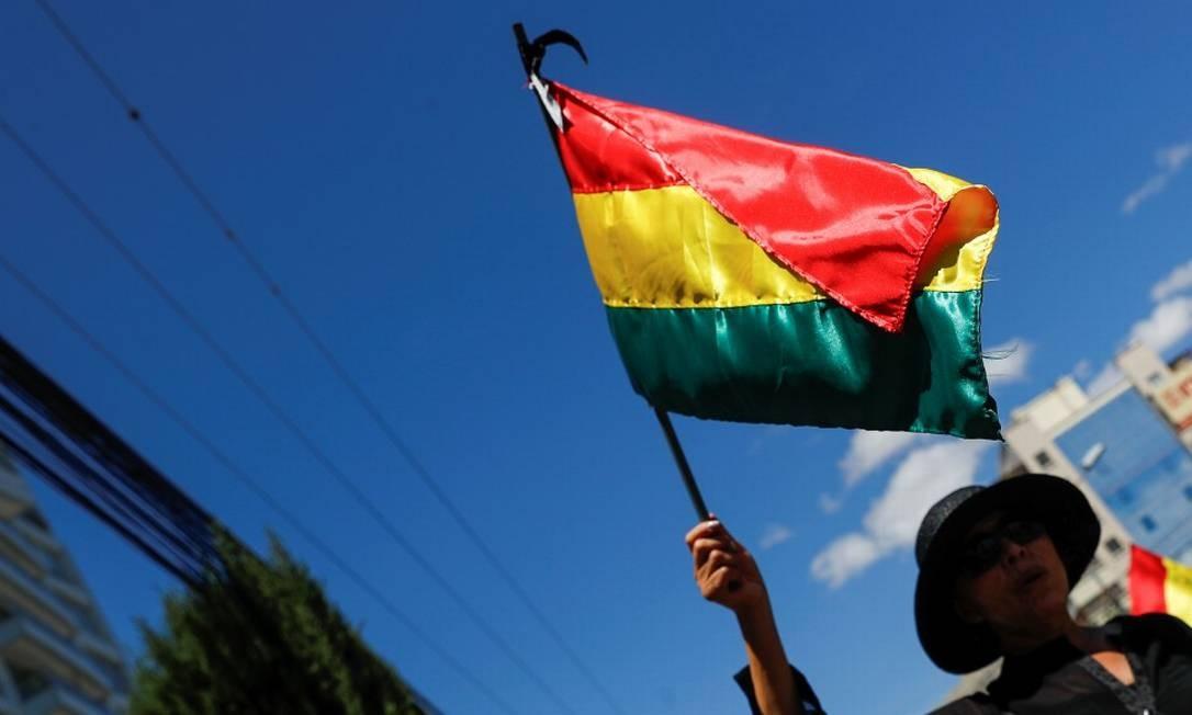 Manifestante segura a bandeira da Bolívia em ato em Santa Cruz em homenagem a duas pessoas mortas em confrontos entre apoiadores e críticos de Morales após a eleição Foto: KAI PFAFFENBACH / REUTERS