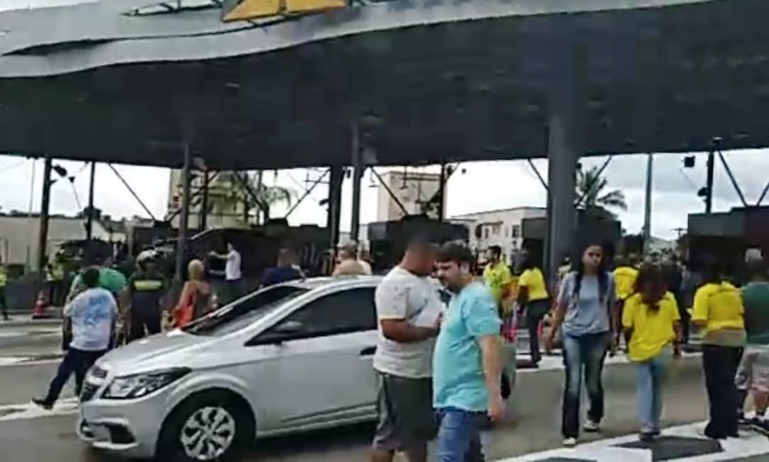 Manifestantes ocupam parte da praça de pedágio da Linha Amarela Foto: Reprodução de vídeo OTT-RJ