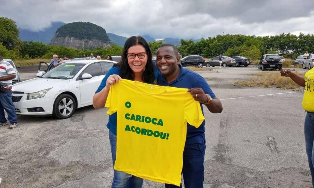 Secretária municipal de Saúde, Beatriz Busch, com o assessor especial, Marcos Luciano, participa da manifestação contra o pedágio Foto: Reprodução   Redes sociais