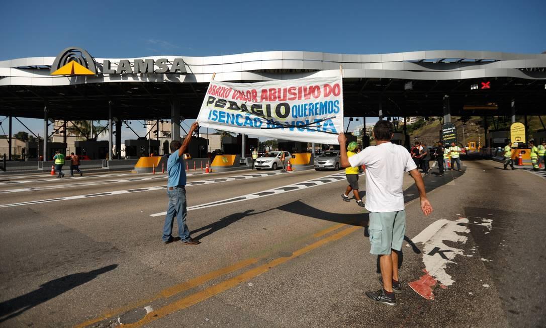 Um segundo grupo de manifestantes esteve no pedágio na Linha Amarela para protestar à tarde Foto: Brenno Carvalho / Agência O Globo